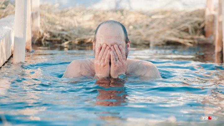 20 кадров, как тюменцы встретили Крещение: треснувший лед, новая прорубь и ледяная вода