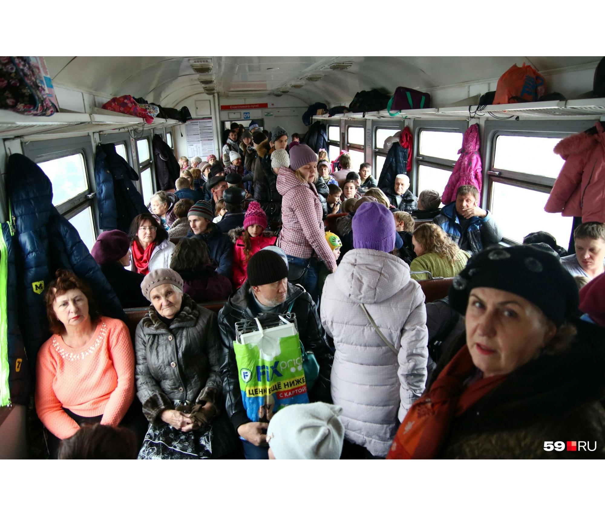 Вагон заполнен людьми, и это не участники акции, а простые пассажиры