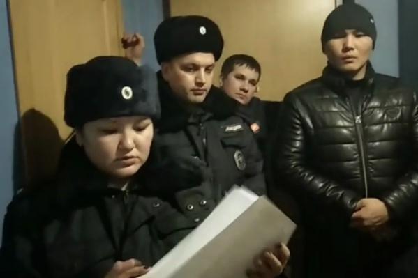 Сотрудники полиции в форме и в гражданской одежде пришли за Алматом Абдыкалыковым. Его подозревают в том, что он избил мужчину с пистолетом