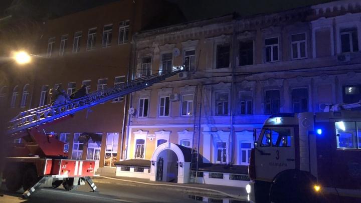 Ночной пожар в старой Самаре: с третьего этажа людей спускали по автолестнице