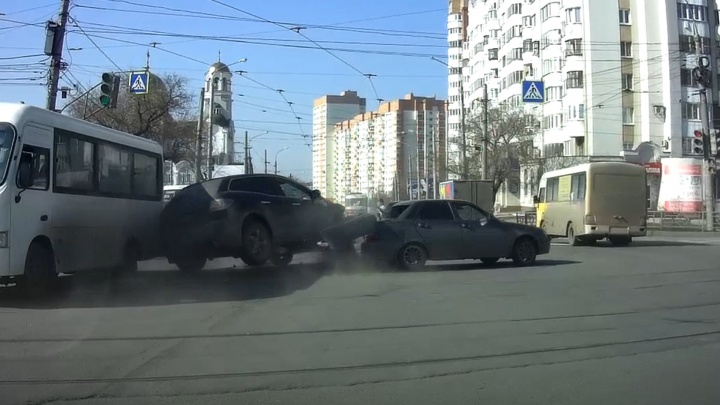 Въехал в гущу машин: публикуем видео момента столкновения «Мазды» с 6 машинами