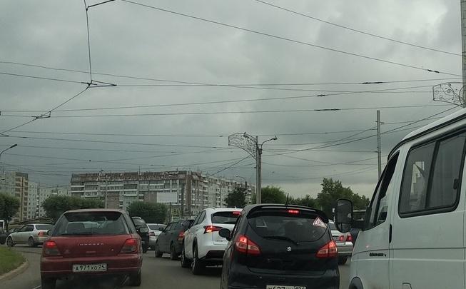 Перекрытие дороги на Копылова спровоцировало пробки даже в выходной день