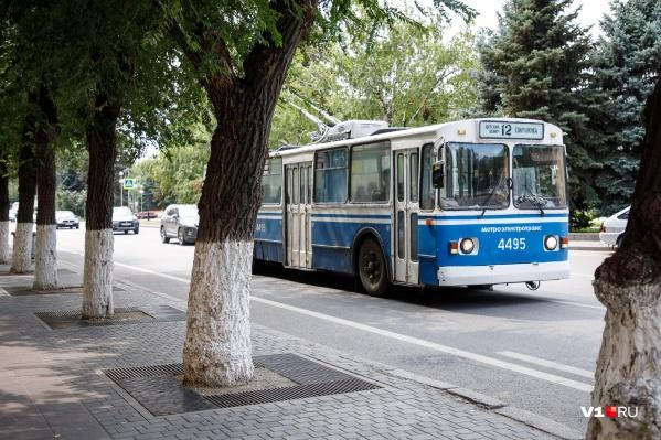 Школьнику не дали проехать в троллейбусе, несмотря на проездной и справку