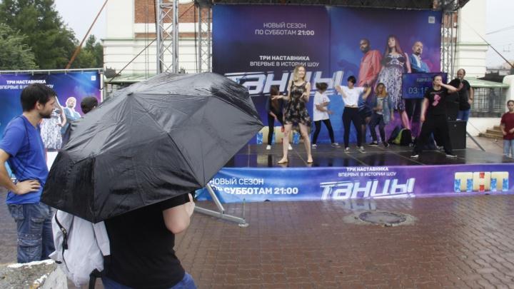 Несмотря на дождь, в Первомайском сквере продолжается танцевальный марафон