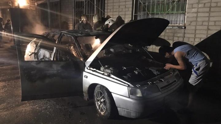 Сначала разбились стекла, а потом начался пожар: на Вторчермете сгорела машина