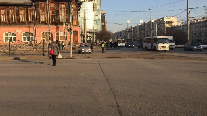 Полицейские перекрыли улицу Карла Либкнехта и ищут бомбу