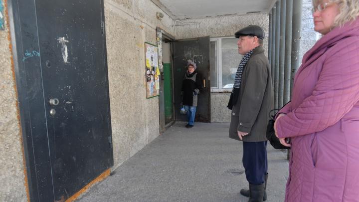 Нарушения есть, но вы держитесь: бизнесмены замуровали вход в подъезд дома на Сортировке