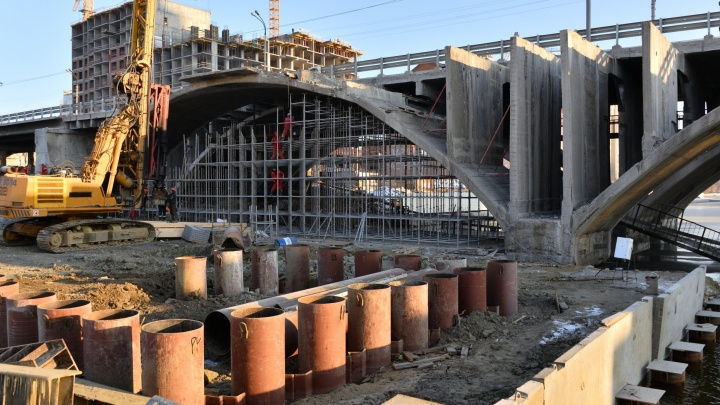 На Исети начали строить опоры для нового Макаровского моста
