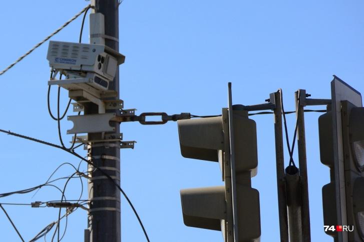 По идее, камеры должны активироваться не сразу после внезапного включения красного
