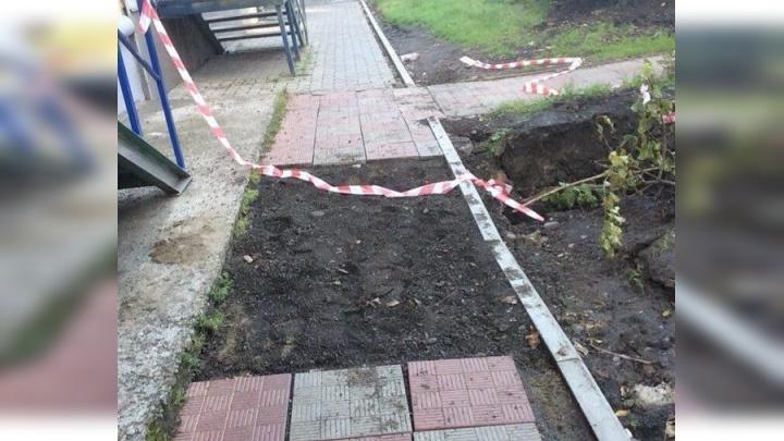 Обвалившийся вместе с плиткой тротуар в центре Красноярска убрали и засыпали землей