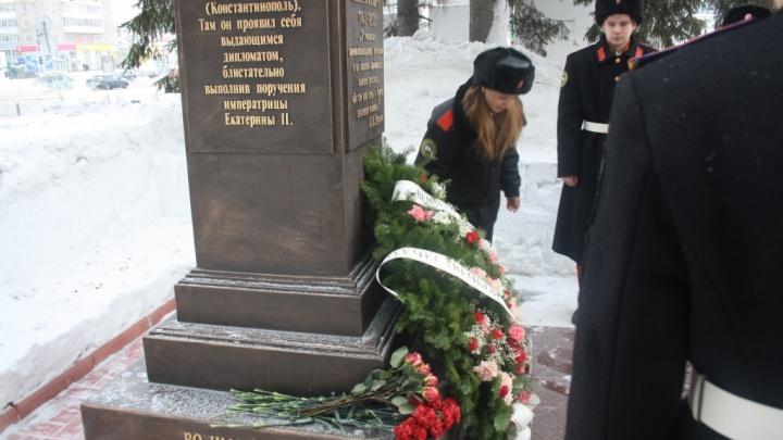 К Дому офицеров принесли цветы в память о войне с Наполеоном