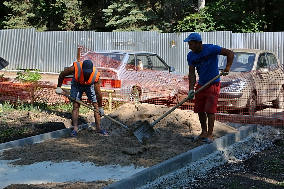 Пока что рабочие ремонтируют пешеходные дорожки
