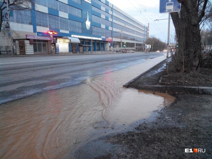 Вода затопила проезжую часть в направлении улицы Восточной