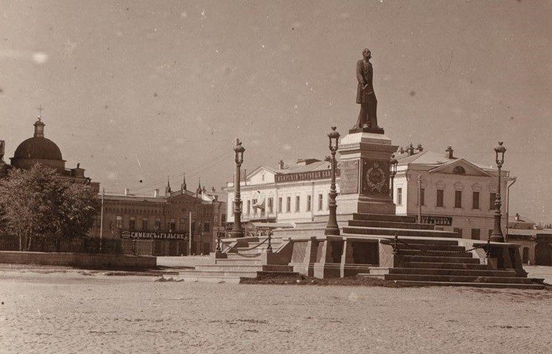 Памятник Александру II располагался в районе перекрёстка Ленина — 8 Марта. На заднем плане Кафедральный собор, который взорвали в 1930 году