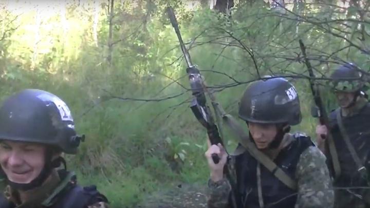 С автоматом по болотам: свердловские спецназовцы ГУФСИН поборолись за право носить «черные береты»