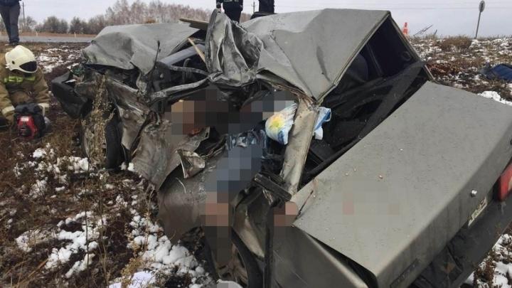 На трассе в Самарской области два человека погибли после столкновения грузовика и легковушки