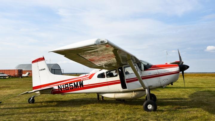 Не верят в то, что их «самолётик долетел до Сибири»: в Марьяновку прилетели авиаторы из Австралии