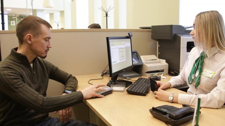 «Убрать волосы, снять очки»: зачем в челябинских банках фотографируют клиентов и записывают голоса