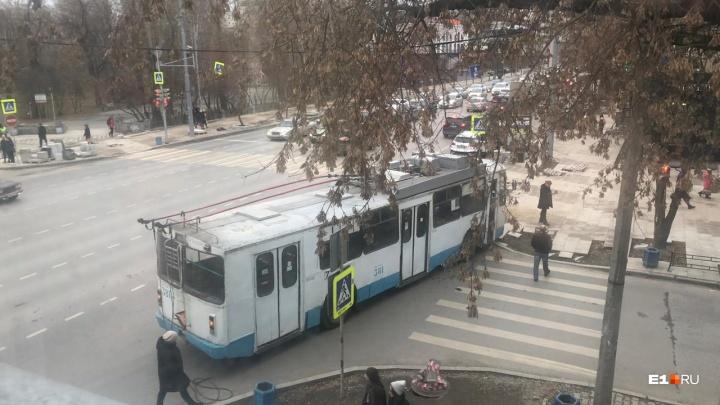 В центре Екатеринбурга троллейбус столкнулся с легковушкой и перекрыл одну из улиц