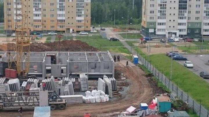 «Меня обманули»: дома на детских площадках в «Парковом-2» построят, несмотря на запреты Дубровского