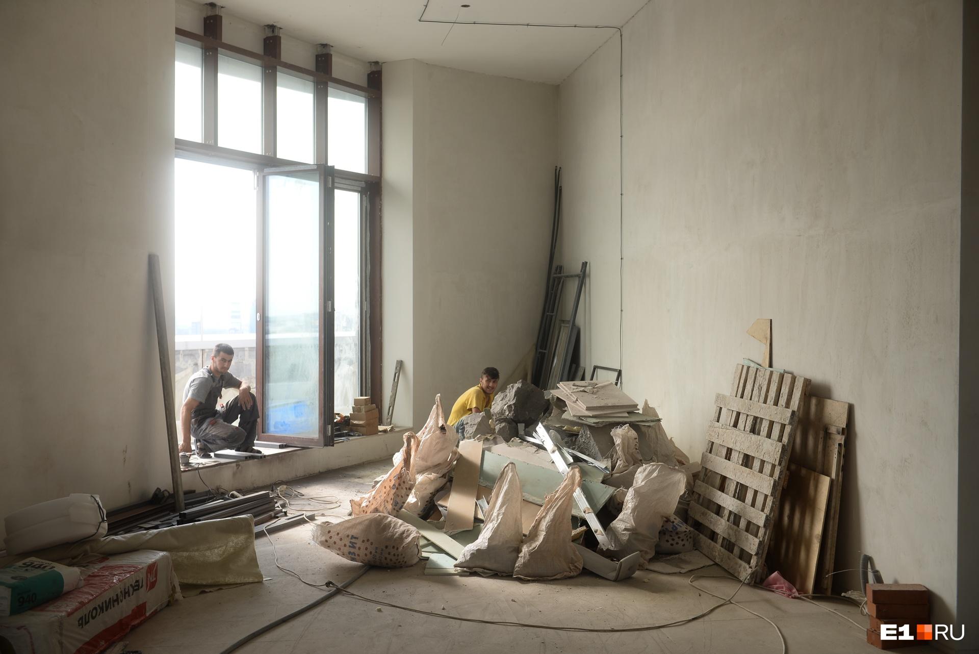 Это второй этаж, самый большой по размеру и с самыми крупными окнами — панорамными