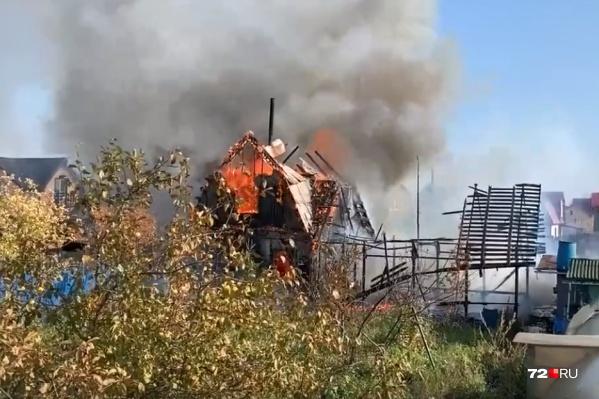 Из-за некоторых сложностей на ликвидацию возгорания ушло около 40 минут. К сожалению, спасти деревянную одноэтажку не удалось