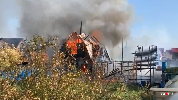Вспыхнул как спичка: в тюменском садовом обществе дотла сгорел дом с мансардой