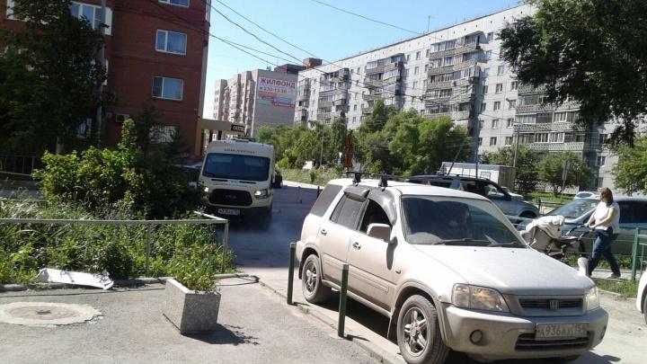 На улице Пархоменко перекрыли движение — теперь все ездят по дворам