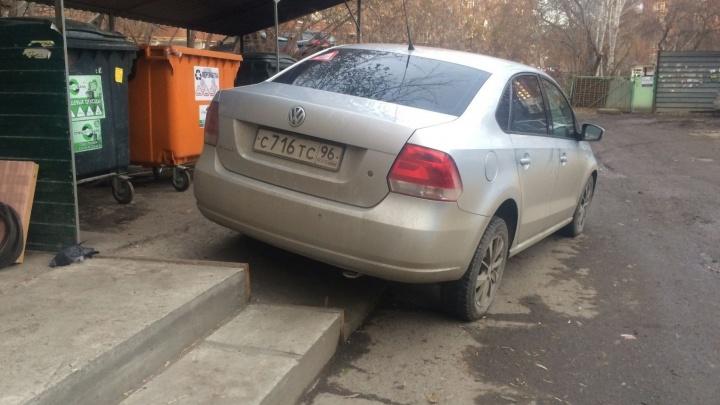 """""""Я паркуюсь как..."""": Volkswagen на помойке, маршрутка на """"зебре"""" и вредители на тротуаре"""