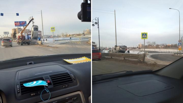 В ДТП на Первомайской Volkswagen перелетел через ограждение и перевернулся