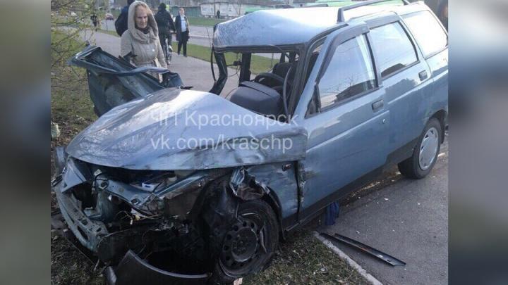 ВАЗ врезался в поворачивающий «Лексус» и автобус на Гусарова: троих увезли на скорой