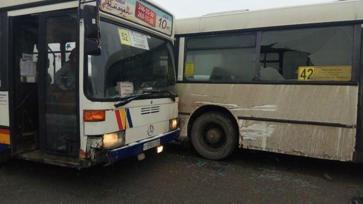 Выбило стекло: в Перми столкнулись два автобуса