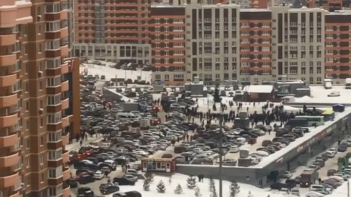 Очереди и пробки: сотни жителей Уфы устроили давку ради автомобиля
