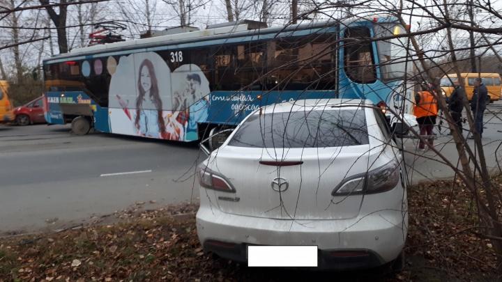 Трамвай развернуло поперек рельсов: необычное ДТП случилось в Нижнем Тагиле