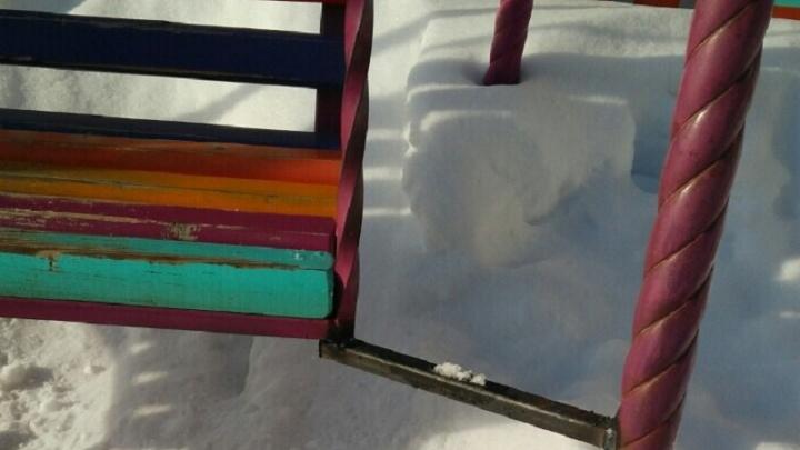 Во дворе на Харьковской управляющая компания заварила детские качели. Выяснили, зачем это сделали