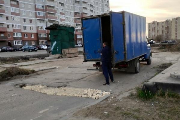 Ярославец засыпал яму на улице Бабича