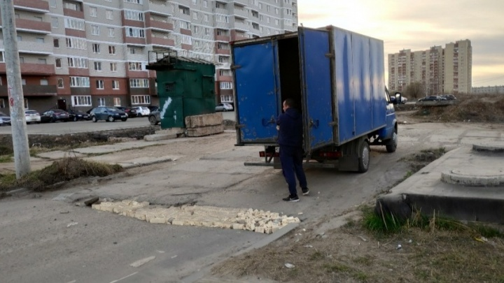 Гаишники проверили, как отремонтировал дорогу «герой без плаща». Будут ли его штрафовать