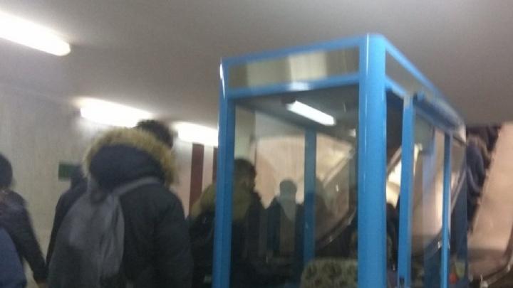 На станции метро «Алабинская» выстроились очереди из-за отключенного эскалатора