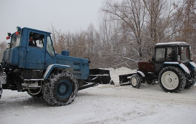 В Уфе продолжают уборку дворов от снега