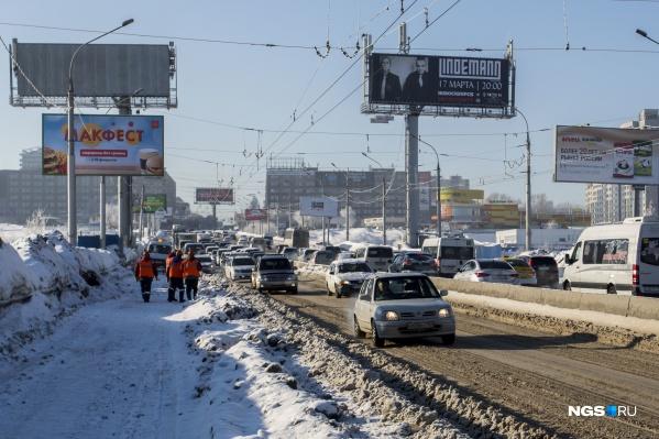 Из-за неровностей на Октябрьском мосту собираются пробки