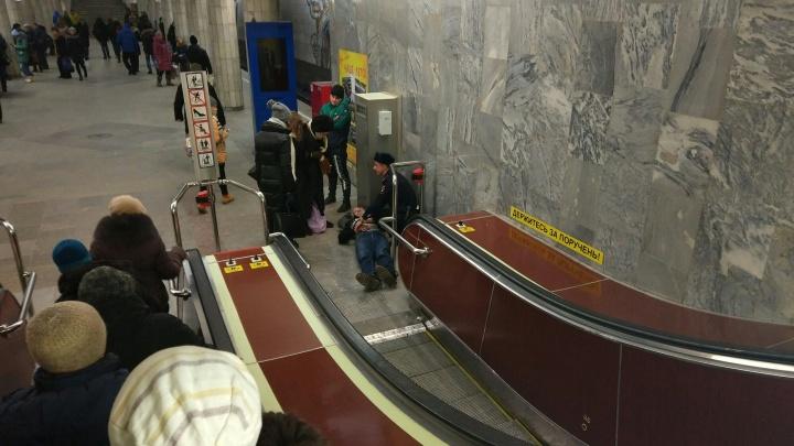 Пожилому мужчине стало плохо на станции метро «Сибирская»