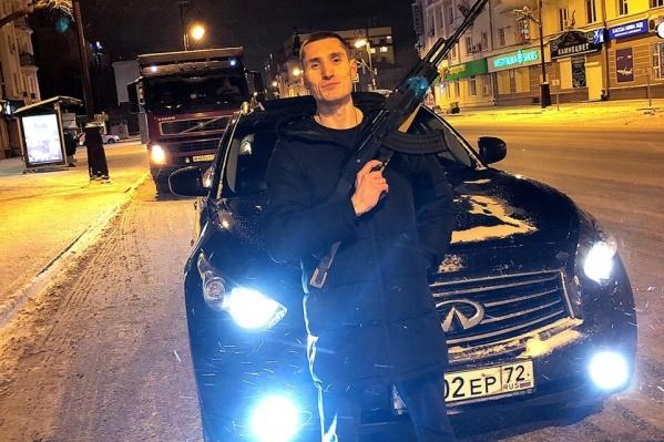 Артём Таловиков привлек внимание полицейских. Они хотят узнать, откуда у него автомат