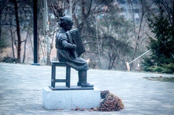 В середине ноября скульптуру открыли в новом сквере Ворошиловского района