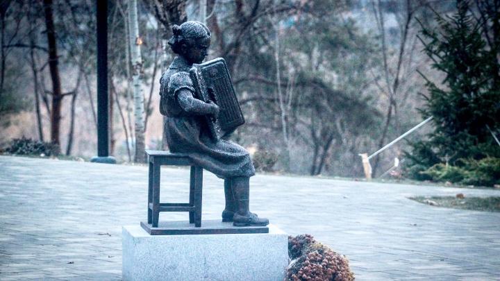 Музыкант играет в любую погоду: в Волгограде скульптура Александры Пахмутовой покрылась инеем