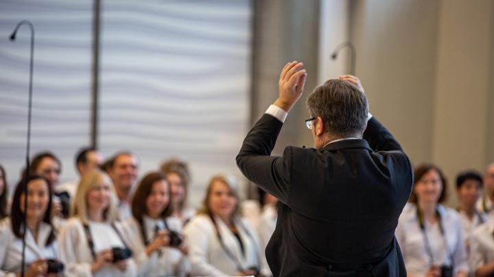 100 фотографов выступили с профессиональными музыкантами в холле зала Каца (видео)