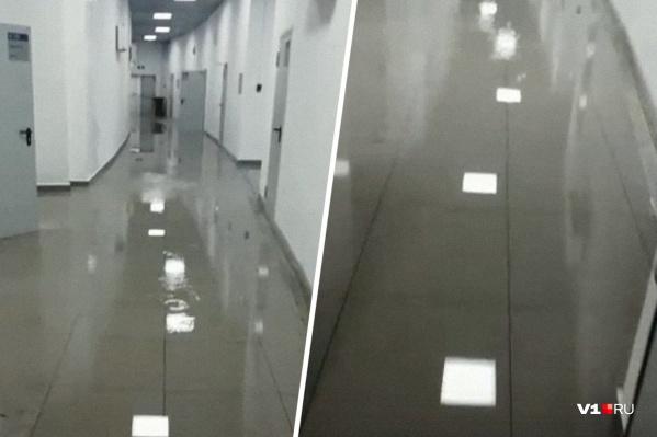 Проходы на стадионе по щиколотку в воде