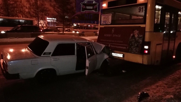 На Металлургов ВАЗ въехал в автобус с пассажирами