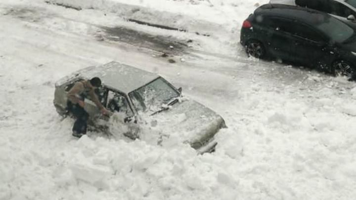 В Уфе на машину обрушилась лавина: момент попал на видео