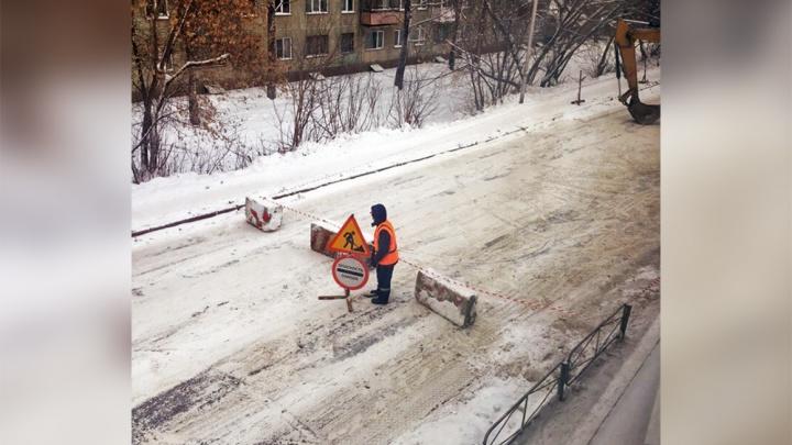 Отключений нет, но будут: дорогу в Дзержинском районе перекрыли из-за аварии на теплотрассе