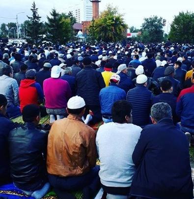 Сотни мусульман пришли на праздничную молитву к мечети